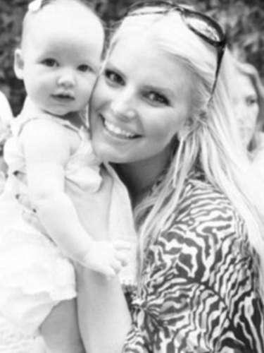Jessica Simpson compartió nuevas fotos de su hija Maxwell, de cuatro meses y dijo, en una entrevista con iVillage, que quiere focalizarse en criar a su hija como un individuo.