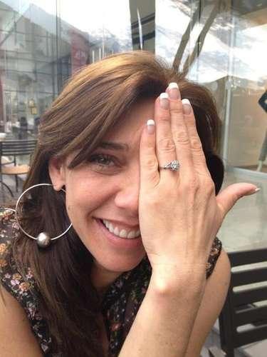 Cynthia Klitbo nos presume su anillo de compromiso que le dio su novio, el escultor regio David Gerstein, hombre al cual conoce desde la infancia y que después de varios años le ha pedido que se case con él. La boda será este sábado 29 de septiembre del 2012.
