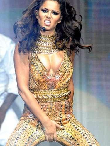 Cheryl Cole se llevó una mano hacia su zona genital, durante el inicio de su gira en solitario realizada en Belfast.