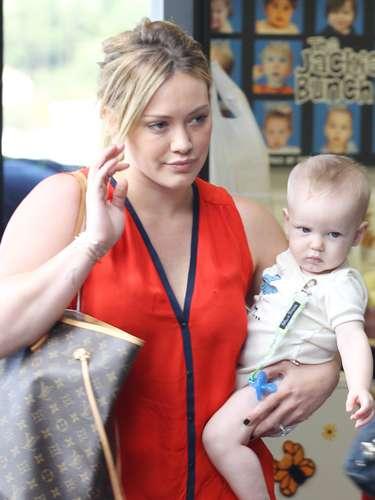 Hilary Duff con su bebé adorable Luca lo lleva a la clase Babies First en Sherman Oaks, California. Todos juntos ahora \