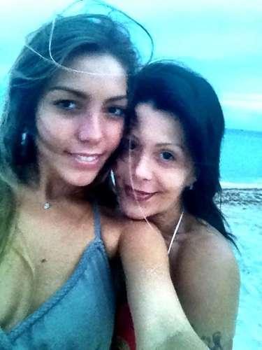 Alejandra Guzmán sigue disfrutando de su hija Frida Sofía. Después que la artista se enfermó, su relación con Frida se volvió mucho más fuerte y cercana. La cantante publicó varias imágenes en Internet, donde se le ve muy contenta al lado de la modelo. \