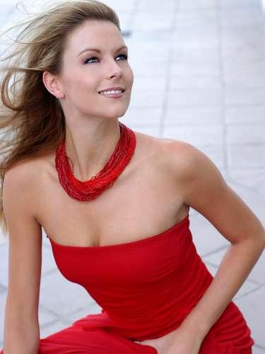 Miss Universo 2004. Jennifer Hawkins de Australia, una modelo rubia de ojos azules, a sus 20 años consiguió el segundo título para su país, cuando el 1 de junio fue elegida entre 80 representantes de todos los rincones del mundo como la mujer más bella.