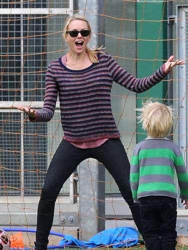 Naomi Watts intenta ser un portero!!! La actriz fue captada junto a su hijo Samuel intentando con su mano atajar la pelota de fútbol . Parece que Naomi tomó la decisión correcta al convertirse en actriz y no en jugadora de fútbol! No renuncies a tu trabajo diario, Naomi!
