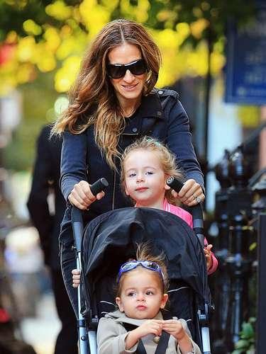 Sarah Jessica Parker ¡por dos! La estrella de 'Sex and the city' lleva a sus gemelas Marion y Tabitha a la escuela en Nueva York. La estrella estaba feliz de pasear con las chicas; una de ellas se sentó en la silla y la otra eligió ir de pie en el respaldo de la misma.
