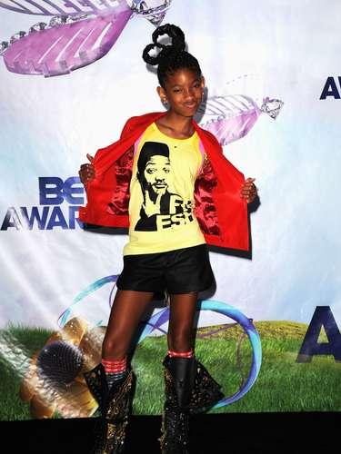 Willow en  la alfombra verde de los premios BET Awards (2011), posó  con una chaqueta roja acompañada de una camiseta amarilla con la cara de su padre