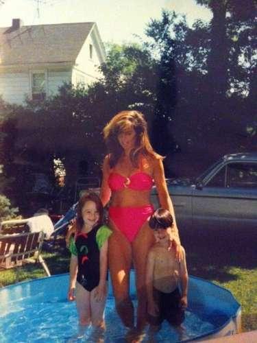 Lindsay Lohan publicó una foto suya cuando era niña, con su mamá en una alberca. La actriz, quien ya se reconcilió con Dina Lohan tras una pelea por dinero, escribió: \