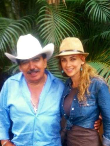 Joan Sebastian luce radiante, mientras goza con la compañía de Aracely Arámbula, en su rancho.