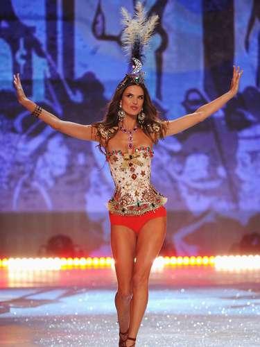 Las modelos más espectaculares y sensuales del mundo fueron las protagonistas una de las noches más esperadas del año: el Victorias Secret Fashion Show 2012. En la imagen Alessandra Ambrosio.