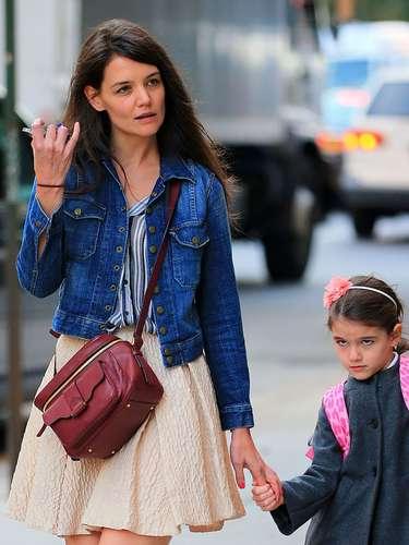 Katie Holmes con su hija Suri yendo a la escuela en Nueva York. A pesar de que Katie ha estado ocupada con 'Dead Accounts' su espectáculo de Broadway, no deja sus labores de mamá y acompaña a su hija a todos lados.