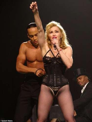 En un concierto en Miami, Madonna sufrió un duro percance con el atuendo que utilizó. La reina del pop mostró más de lo que debía de su entrepierna. Los medios reaccionaron mal porel descuido de la cantante, criticándola duramente por usar lencería tan pequeña aludiendo a que se podría tratar de una provocación.