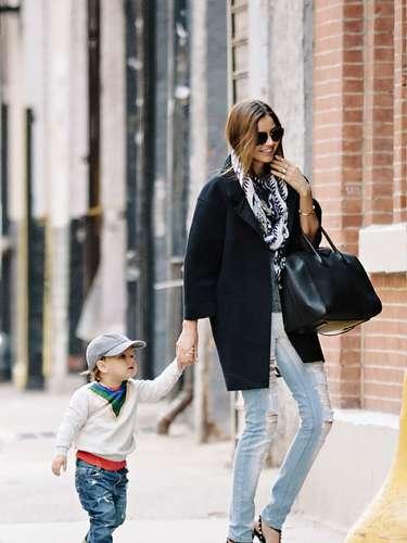 Miranda Kerr hace alarde de sus largas piernas con unos jeans rasgados y tacones de aguja. La modelo de Victoria Secret's lleva a su pequeño hijo Flynn ( fruto de su relación con Orlando Bloom) a dar un paseo por Nueva York.