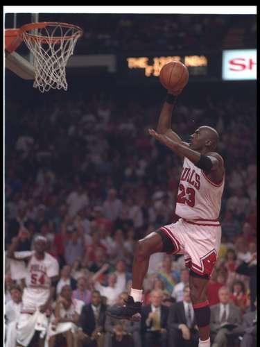 Como equipo los Toros de Chicago lograron un récord de 72 victorias en la temporada 1995-1996, como dato importante ese año fue el retorno de Michael Jordan a la duela con los Toros, luego de su año sabático.