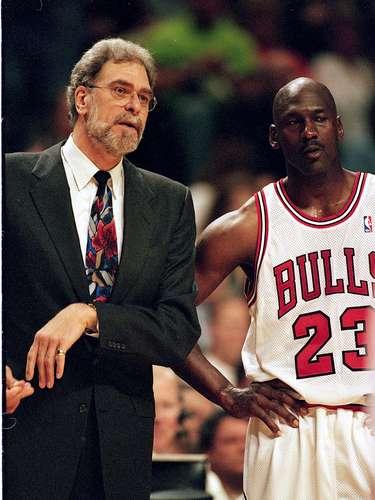 Si de dirigir se trata el mejor de todos los tiempos, o al menos el más ganador es Phil Jackson, quien tiene un total de 11 anillos de campeonato en la NBA: 6 anillos con los Toros de Chicago y 5 con los Lakers de Los Ángeles.