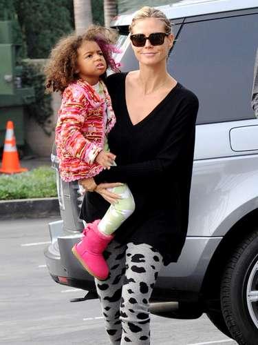 Heidi Klum con su pequeña niña Lou se dirigen a Starbucks en Los Angeles, California. La modelo pasó el día relajándose junto a su hija y su novio guardaespaldas, Martin Kristen, después de un fin de semana ajetreado de compras navideñas con su familia.