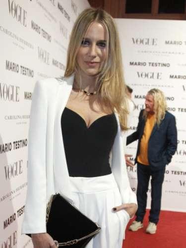 La empresaria María León posó con un 'look' masculino de Dolores Promesas.