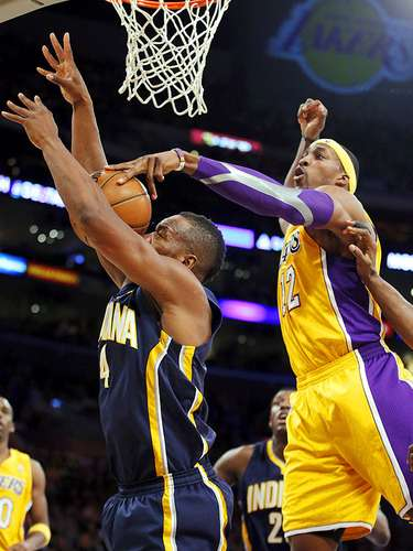 Pacers vs. Lakers:  Dwight Howard bloquea el disparo de Sam Young hacia la canasta.
