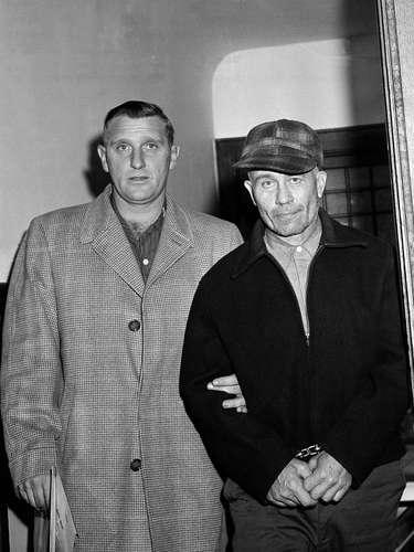 Poco se conoce de Ed Gein, un asesino en serie que tenía predilección por las jóvenes rellenitas, a quien les sacaba la piel. Se lo acusó de varios asesinatos ocurridos entre 1947 y 1957. Su historia fue la inspiración del personaje de 'Buffalo Bill', en la premiada película 'El silencio de los inocentes'. Gein estaba obsesionado con el cuerpo femenino, a tal punto que con la piel de sus víctimas, incluida su propia madre, armaba pechos y cuerpos de mujeres, los que fueron hallados en su casa cuando lo apresaron. La policía le atribuyó el asesinato de al menos 15 mujeres.