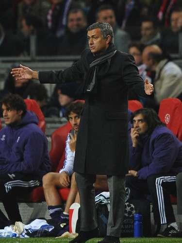 En noviembre de 2010, la UEFA multó a Mourinho después que considerara que el portugués instruyó a Sergio Ramos y Xabi Alonso para que fueran amonestados y así pasar a octavos de final de la Champions sin tarjetas.