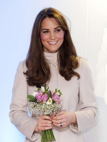 El Palacio de St. James dijo el lunes que la duquesa de Cambridge padece una forma severa de náuseas del embarazo y que actualmente se encuentra en un hospital en Londres.
