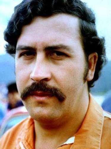 Y es que en julio de 1992, cuando Escobar escapó de la cárcel, el gobierno colombiano movió cielo y tierra para encontrarlo. Se destinaron 4,000 efectivos para crear el llamado Bloque de Búsqueda y tras 17 meses de intenso rastreo del Bloque, que contaba con el respaldo de los grupos de inteligencia de Estados Unidos como la DEA y el FBI, Escobar fue localizado y abatido en Medellín.