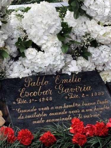 Pero, a pesar del daño causado la tumba de Pablo Emilio Escobar Gaviria, su tumba en el cementerio de Montesacro de Medellín es la más visitada del país y desde su muerte no han faltado las series en la pantalla chica y las películas para recordar su historia.