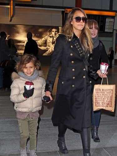 Jessica Alba y su hija Honor no puede resistirse a un café cuando llegan al aeropuerto londinense de Heathrow. La estrella de 'Sin City' y supequeña encuentran en la ciudad con un 'viaje de chicas'. Estarán pensando en hacer algunas compras de Navidad?