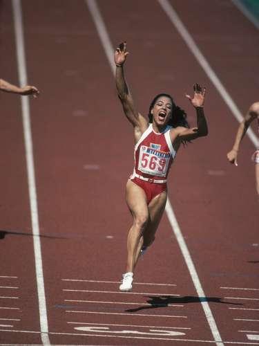 Florence Griffith Joyner es una de las atletas más dominantes del atletismo mundial, con cinco medallas en Juegos Olímpicos, Joyner será recordada como una atleta distinta y revolucionaria que puso al atleta femenino dentro del marco de Juegos Olímpicos.