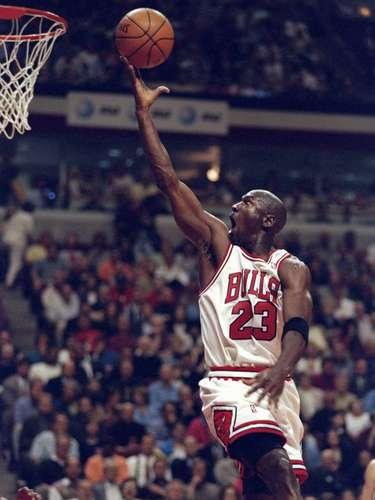 Michael Jordan, el jugador que le dio grandeza al basquetbol, considerado incluso el mejor atleta de todos los tiempos. Fue espectacular, diferente y cargó con un deporte que vivió sus grandes momentos cuando jugaba. 6 veces campeón de la NBA, Fuecinco veces Jugador Más Valioso de la temporada,seis veces Jugador Más Valioso de la final, 14 veces All Star, 2 veces medallista de oro, la cadena ESPN lo consideró el mejor atleta del siglo.