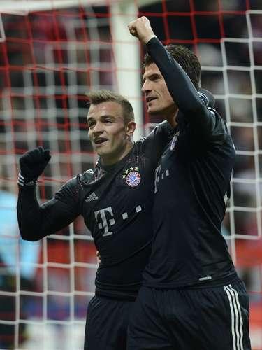 El partido tuvo un comienzo enredado, con el BATE bien parado atrás, complicándole la vida al Bayern, que tenía el balón pero mostraba dificultades para llegar, y buscando oportunidades para iniciar jugadas de contragolpe.