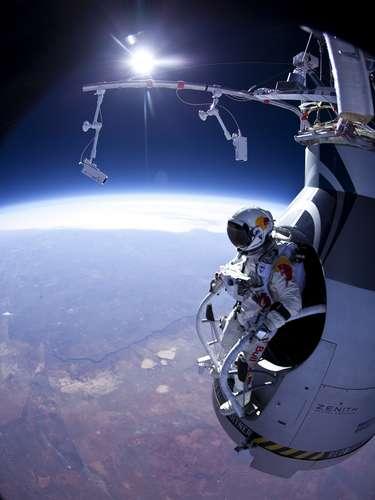 Durante nueve minutos de caída, Baumgartner, de 43 años de edad, alcanzó una velocidad de 1.342 km por hora y rompió la barrera del sonido apenas 45 después de lanzarse hacia la Tierra.