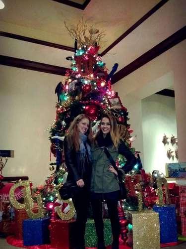 Jessica Alba casi lista para la Navidad posa junto a un súper arbolito