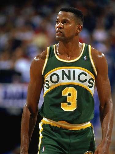 El jugador de la NBA que más minutos ha jugado en un partido es Dale Ellis, de los SuperSonics de Seattle. Ellis jugó el 9 de noviembre de 1989, la cantidad de 69 minutos, en un juego que se fue a tiempo extra contra los Bucks, y anotó 53 puntos.