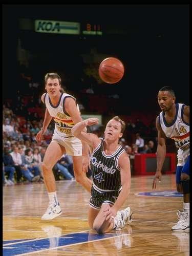 La marca de más asistencias en un partido le pertenece a Scott Skiles, quien hizo 30 cuando jugó en Orlando Magic ante los Nuggets de Denver, un 30 de diciembre de 1990.
