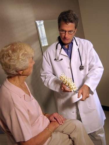Osteoporosis: Debido a la descalcificación que se produce en esta etapa, el sistema óseo puede debilitarse y se convierte en un factor de riesgo para algunas mujeres pues pueden llagar a sufrir fracturas en la columna vertebral, las muñecas, cadera y pelvis. El tabaquismo y el consumir alcohol en grandes cantidades potencian la descalcificación de los huesos.