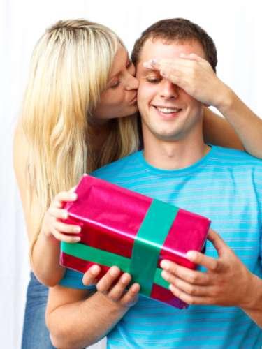Si ya estás pensando en qué regalarle a tu novio para Navidad, será mejor que elimines estas cosas de la lista, no te vayas a sorprender por su cara de asombro y desagrado. Mejor ve a la segura y sorpréndelo en las fiestas. Te decimos lo que no le gustaría que le regalaras: