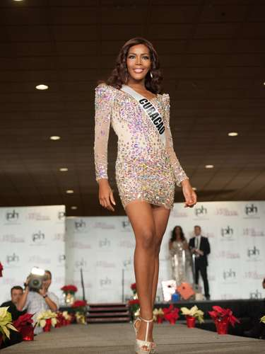 Miss Curazao - Monifa Jansen. Es una modelo profesional que mide 1.74 metros de estatura. Su cabello es negro y sus ojos azules.