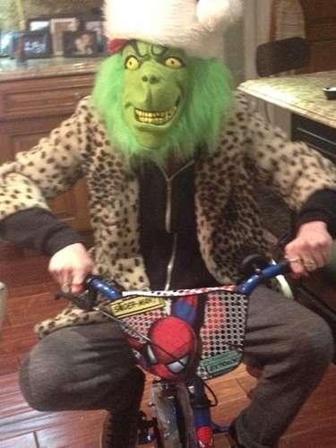 ¿Quién se esconde detrás de este Grinch? Ashley Simpson!, quién no teme hacer un poco de ridículo a la hora de arrancarle una sonrisa a su hijo Bronx