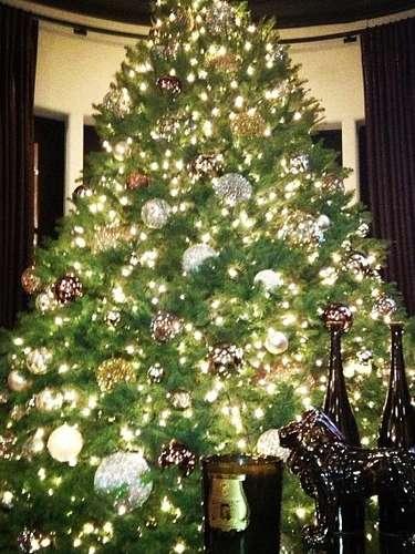 Klhoe Kardashian se declara fans de las navidades y comparte esta foto de su arbolito, aunque aclara que aún le faltan algunos ornamentos (y por supuesto, los regalos!)