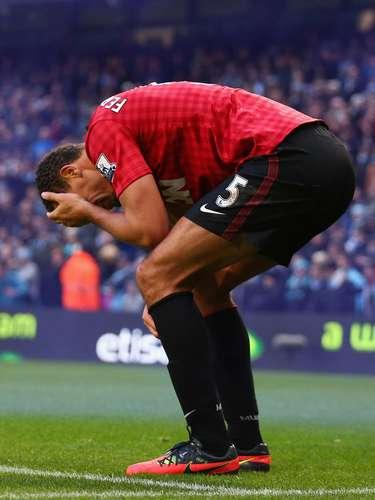 Ferdinand tuvo un problema con un aficionado que se metió al campo y terminó con la ceja sangrando.