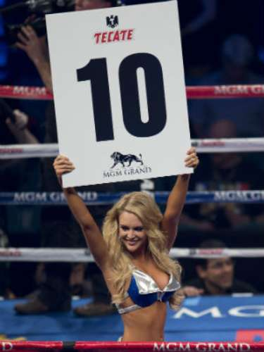 With the lulls of the early fights, the ring girls were loudly applauded by the fans.