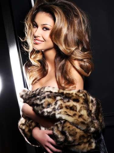 Miss Albania - Adrola Dushi. Procedente de Rreshen. Tiene 19 años de edad y mide 1.79 metros de estatura. Tiene el cabello castaño y los ojos color café.