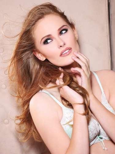 Miss Dinamarca Josefine Hewitt. Procedente de Esbjerg. Tiene 19 años y 1.75 metros de estatura. Su cabello es rojo y sus ojos azules.