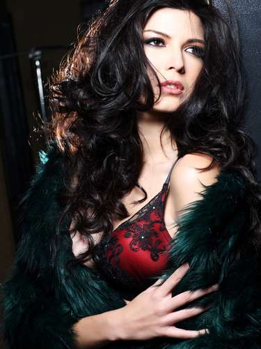 Miss Perú - Nicole Faverón. Nació en Iquitos el 24 de febrero de 1990. Es una modelo profesional que mide 1.83 metros de estatura. Su cabello es castaño y sus ojos marrones.