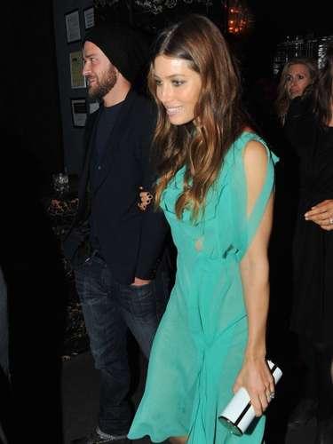 Jessica Biel combina las transparencias con el verde esmeralda logrando un gran look.