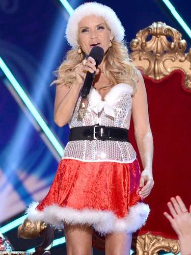 Kristin Chenoweth es una adorable Santa en el escenario de los Country Music Awards 2012.