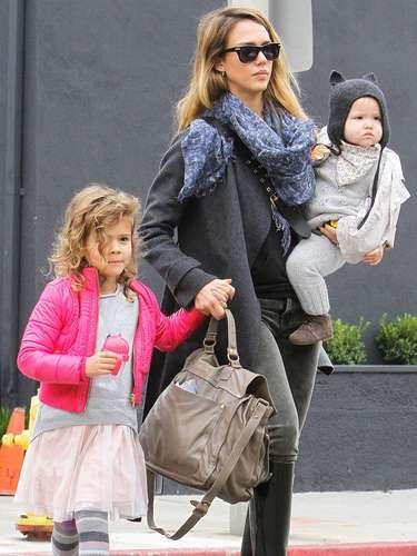 Jessica Alba llega a las tiendas con sus niñas: Honor y Haven en Hollywood, California. La actriz de El 'Fantastic Four' caminó de la mano con su hija de cuatro añosy tomó con fuerza a su adorable bebé de 16 meses de edad que lucía el más lindo sombrero de gato.