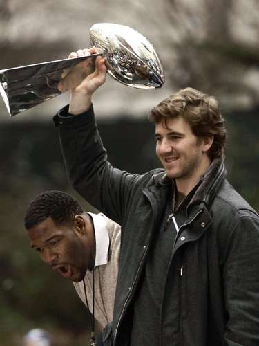 Eli Manning (New York Giants-QB): Manning ganó el trofeo después conseguir una de las mayores sorpresas en la historia de la liga, ya que sus Giants rompieron el invicto de los Patriots 17-14 en el Super Bowl XLII. Manning completó 19-de-34 pases para 255 yardas y 2 touchdowns, y fue parte de la jugada del partido cuando se liberó de cuatro Patriots yse conectó conDavid Tyree para una ganancia de 32 yardas en la serie triunfadora.