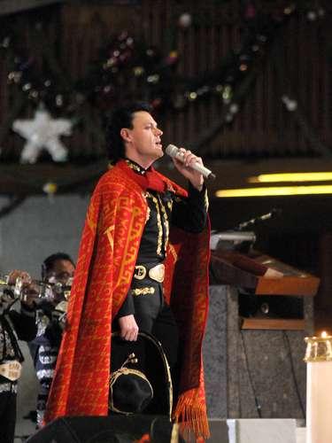 Pedro Fernández le canta con el alma las tradicionales \