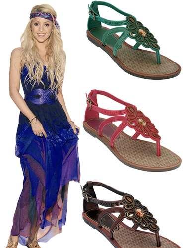En colaboración con la marca Grendha, Shakira lanza su línea de sandalias con su sello particular.