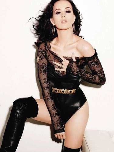 #21 Katy Perry La cantante volvió legalmente a la soltería, no tuvo mucha suerte en el amor; sin embargo, la intérprete de 'California Gurls' fue nombrada la mujer del año en la última entrega de los Billboard.